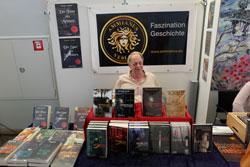 Als Selfpublisher hat der heutige Kleinverleger Michael Kuhn, hier an seinem Verlagsstand auf der Mainzer Minipressenmesse, angefangen. © massow-pictures