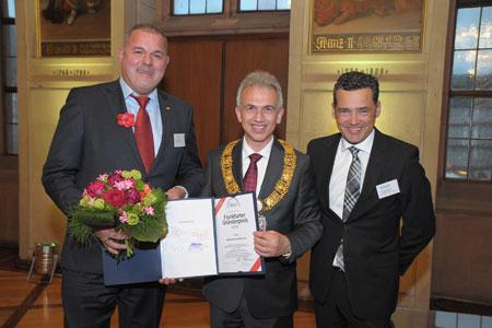 CEO von Mobileeee Michael Lindhof (1.Platz) (links), Oberbürgermeister Peter Feldmann (Mitte), Geschäftsführer der Wirtschaftsförderung Frankfurt GmbH Oliver Schwebel (rechts) Foto: Max Wachendörfer